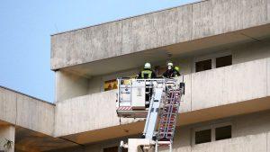 Mit der Hubmastbühne können Personen auch von der obersten Etage des Mehrfamilienhauses gerettet werden.