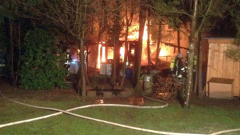 Als die Löschgruppen Oberaden und Weddinghofen am Pantenweg eintrafen, brannte die Gartenlaube bereits in voller Ausdehnung. Foto: Feuerwehr Oberaden