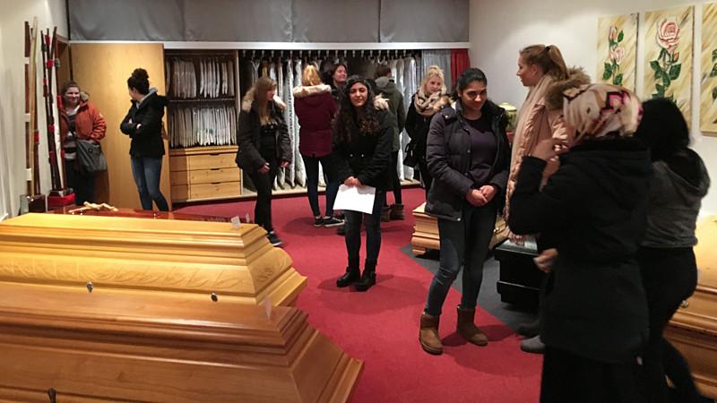 Die Pädagogik-Projektkurse der Willy-Brandt-Gesamtschule besucht jetzt zwei Bestattungsunternehmen.