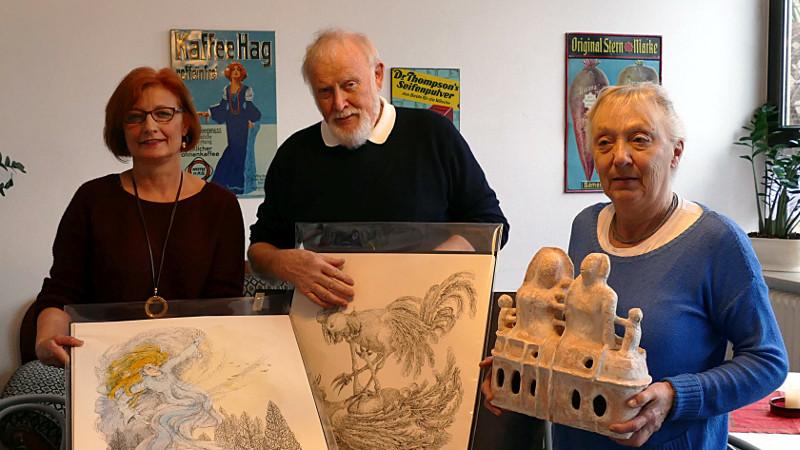 """Laden zur Eröffnung der Ausstellung """"Schiffsmeldungen"""" in die Galerie """"sohle 1"""" ein (v. l.): Kulturreferentin Simone Schmidt-Apel, Manfred Schulz und Heide Drever."""