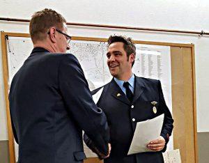 Stefan Braunde (r.) beu der Ernennung zum Vertrauensmanns durch den stellv. Stadtbrandmeister Ralf Klute.
