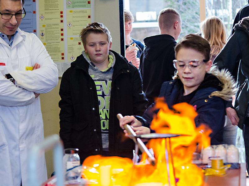 Feurige Experimente standen beim Tag der offenen Tür in der Oberadener Realschule auf dem Programm.