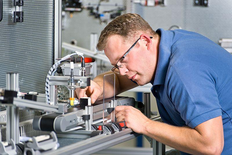Gute Berufsperspektiven bietet unter anderem die Umschulung zum Mechatroniker.  Foto: Christian Nielinger