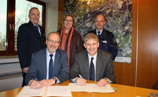 Unterzeichnung des Kooperationsvertrags (v. l.): Hans-Dieter Volkmann, Roland Schäfer, Christine Busch, Michael Makiolla und Marc Westerhoff.