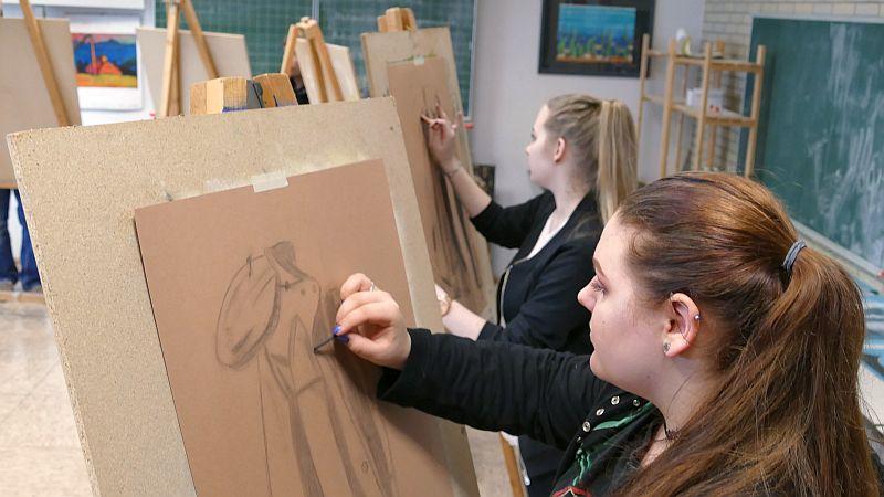 Das gibt es auch an der Gesamtschule: Zeichnen mit Kohle im Kunstunterricht der Oberstufe - hier mit Josefine Hackmann im Vordergrund und Vanessa Walter.