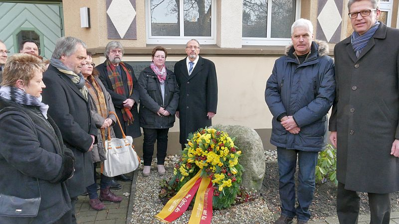 Bürgermeister Roland Schäfer legte mit den VBertretern der Ratsfraktionen am Freitag an der Gedenkstätte für die Opfer des Nazi-Regimes einen Kranz nieder