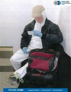 Nachgestellte Szene mit dem Rucksack des Tatverdächtigen