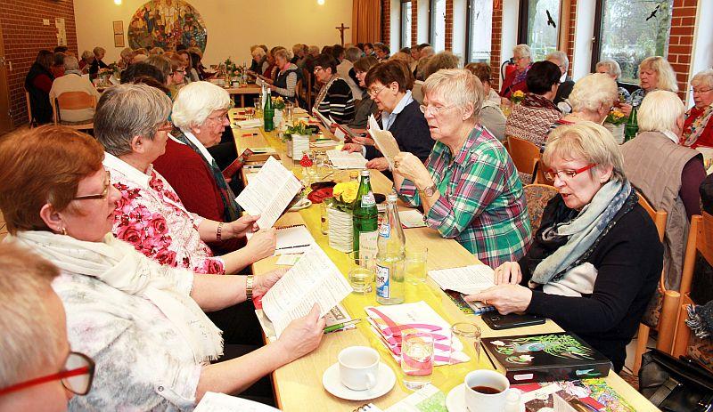 Unter der Leitung von Wilma Plötz wurden die teils fremden Lieder einstudiert. (Foto: Ev. Kirchenkreis Unna)