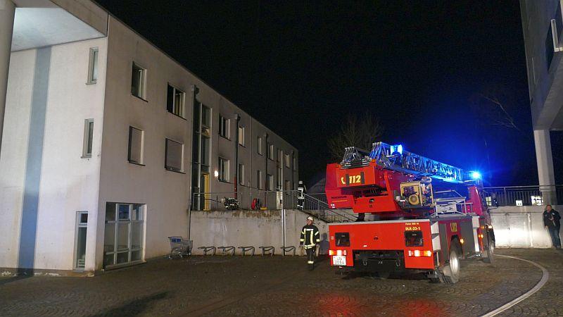 Ein Küchenbrand im Obergeschoss dieses Mehrfamilienhauses am Stadtmarkt rief die Löschgruppen Mitte, Weddinghofen und Overberge auf den Plan.