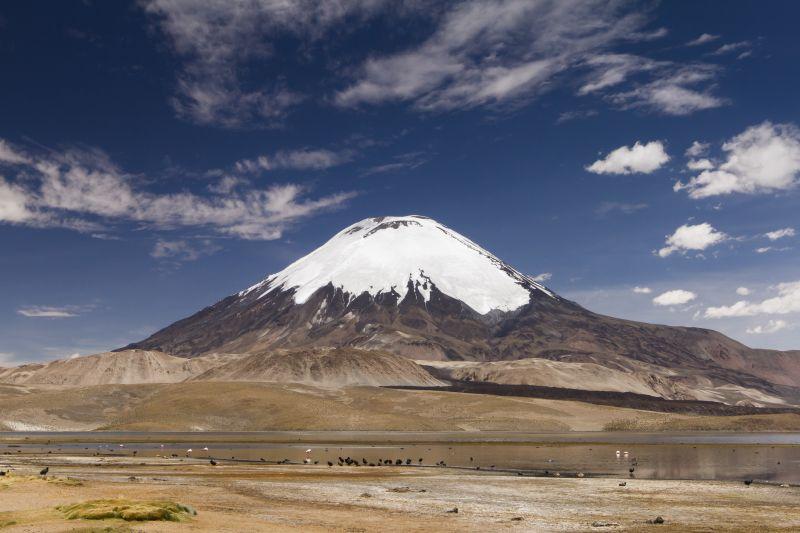 Der Vulkan Parinacota und der Lago Chungará. Der Schichtvulkan ist 6.348 m hoch und liegt an der Grenze zwischen Chile und Bolivien in der Atacama-Wüste. Foto: Bernd Margenburg
