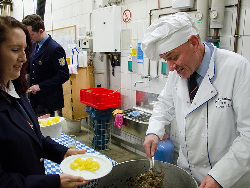 """""""In Lauerstellung"""" sind wohl nur in Weddinghofen besonders verdiente Menschen, die für das leibliche Wohl mit Grünkohl sorgen."""