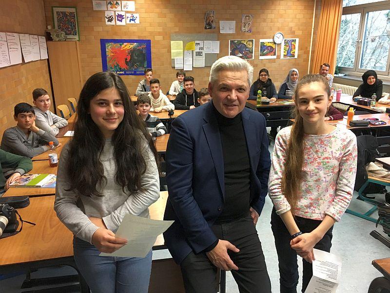 Der CDU-Bundestagsabgeordnete Hubert Hüppe mit Jana Balmuchnow und Azize Kahveci und den Schülern der 7 des Gymnasiums. Foto: CDU
