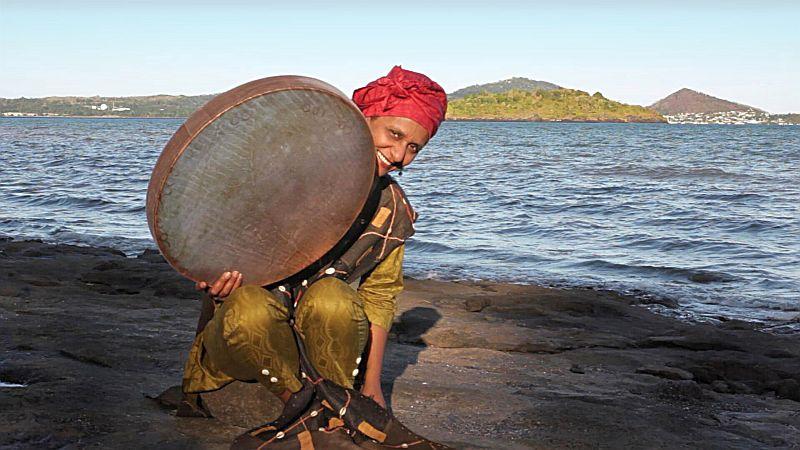 Die Sängerin Nawal bringt die Musik der Komoren zur Marina Rünthe. Foto: Tristan Rondeau