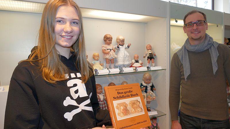 Ein kleiner Teil der Puppensammlung befindet sich bereits in den Vitrinen: Jana Franz und Mark Schrader.