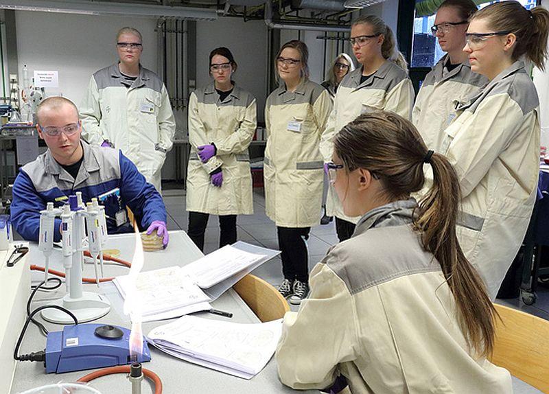 Konzentriert folgten die schwedischen Schülerinnen und Schüler den Ausführungen von Bayer-Azubi Robin Schmitz (l.).  Foto: Bayer AG