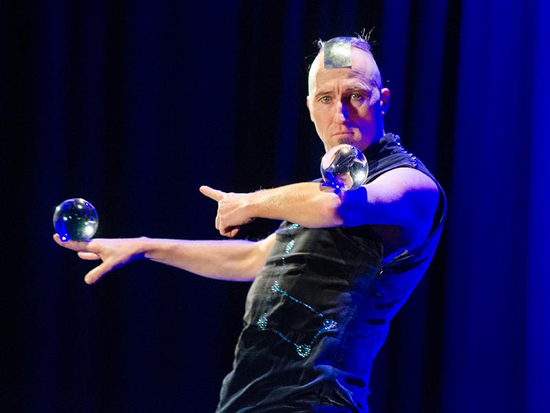 Faszinierende Poesie mit Glaskugeln und Körperbeherrschung gab es auf der Bühne.